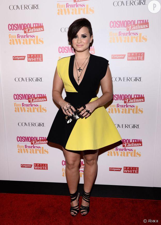 Demi Lovato ose le jaune et la coupe trapèze. Un look qui met en valeur sa silhouette plus pulpeuse qu'autrefois.