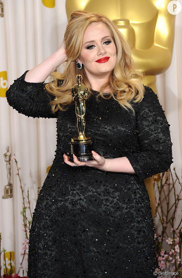 Adele, une chanteuse qui assume ses rondeurs et qui n'en raffle pas moins les récompenses comme ici, aux Oscars 2013.