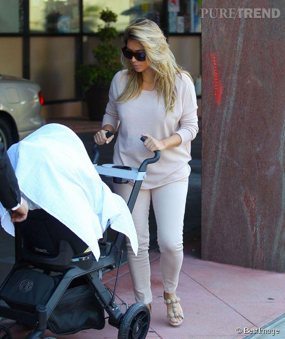 Kim Kardashian promène sa fille North dans un look 100% nude.