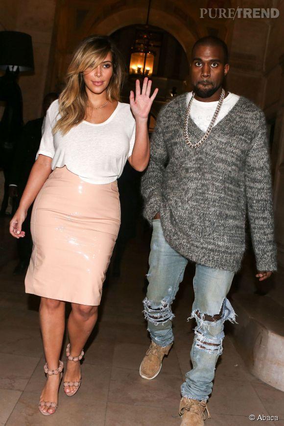 Kim Kardashian à Paris : une jupe en cuir... nude. Quand on vous dit qu'elle n'a peur de rien.