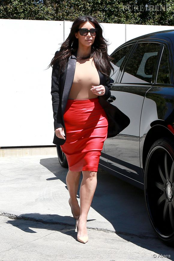 Kim Kardashian et ses micro top nude, toute une histoire.