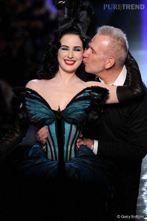 Pause bisou entre Dita Von Teese et Jean Paul Gaultier sur le podium haute couture Printemps-Eté 2014.