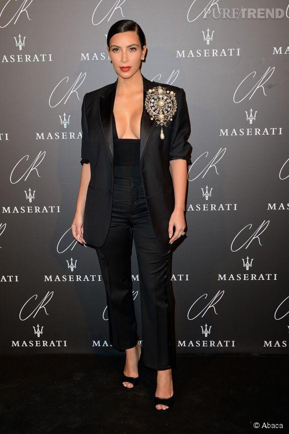 Kim Kardashian nous dévoile ses atouts en veste Givenchy à la soirée de lancement du numéro 5 CR Fashion Book à Paris.