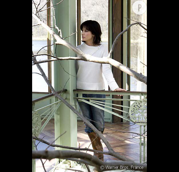 """Sandra Bullock dans le film """"Entre deux rives"""" avec Keanu Reeves."""