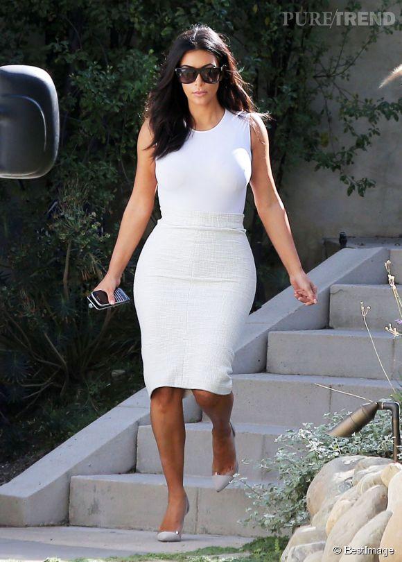 Kim Kardashian, ultra moulée dans un ensemble blanc !