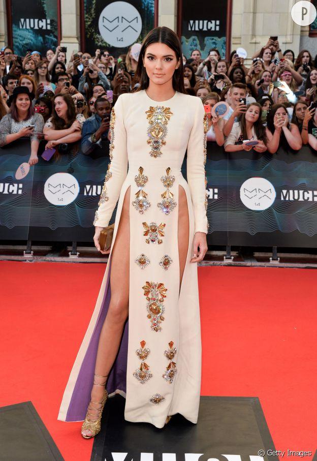 Kendall Jenner a opté pour le sans culotte sur le tapis rouge des MMVA 2014 dans sa robe Fausto Puglisi.