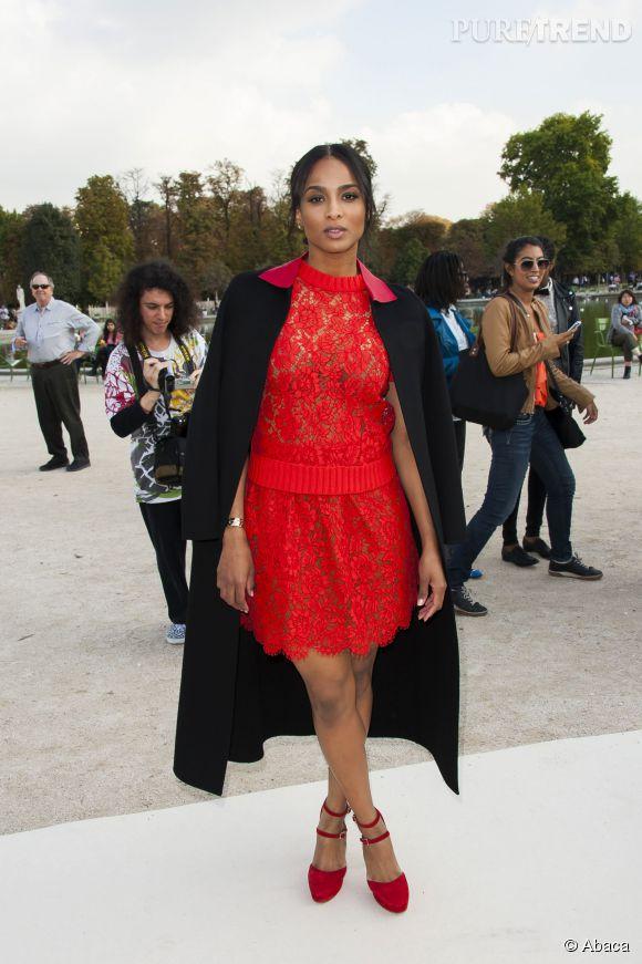 Ciara joue les gravures de mode lors des plus grands défliés parisiens.