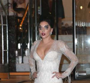 Lady Gaga : décolleté de folie ou nue sous son manteau, elle frappe fort