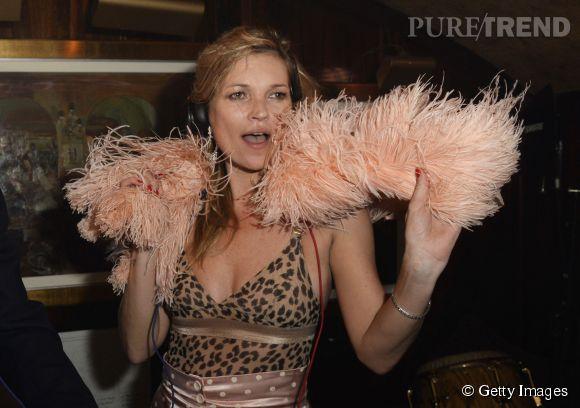 """Kate Moss s'éclate chez Annabel's à l'occasion de la sortie du documentaire anniversaire sur l'histoire du club """"A String of Naked Lightbulbs"""" à Londres le 28 octobre 2014."""