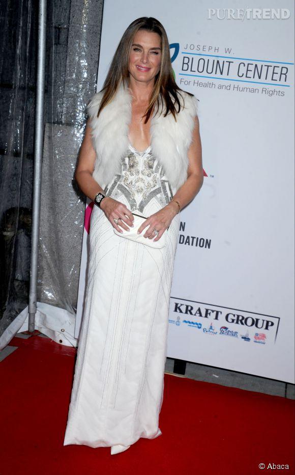 L'actrice mise sur une robe blanche avec un décolleté de folie.