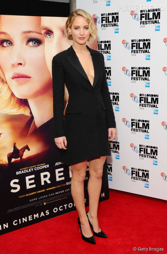 """Jennifer Lawrence, glamour et sexy devant l'affiche de """"Serena""""."""