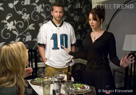 """Dans """"Happiness Therapy"""", Jennifer Lawrence joue le rôle d'une névrosée qui tombe amoureuse d'un Bradley Cooper, tout aussi fou."""