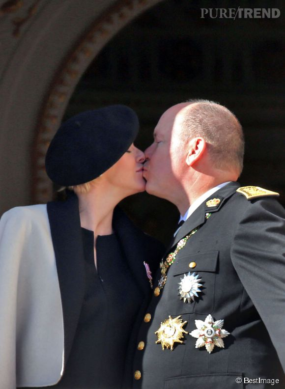 Charlene de Monaco et le prince Albert II vont présenter les jumeaux sur la place du Palais quelques jours après la naissance.