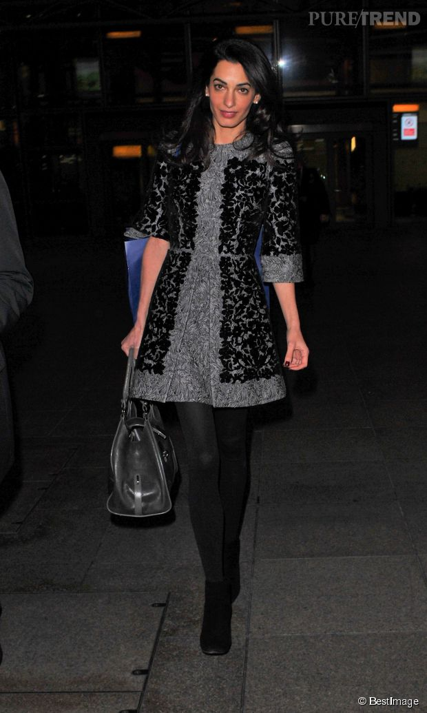 Amal Clooney ne prend pas l'avion en jogging-baskets, elle met le paquet avec une petite robe grise très élégante.