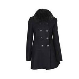 Manteau noir avec de la fourrure